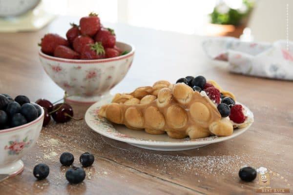 Bubblewaffle neben zwei Schüsseln mit Erdbeeren und Blaubeeren - Best-Back Vertrieb - einfach, schnell & vielfältig